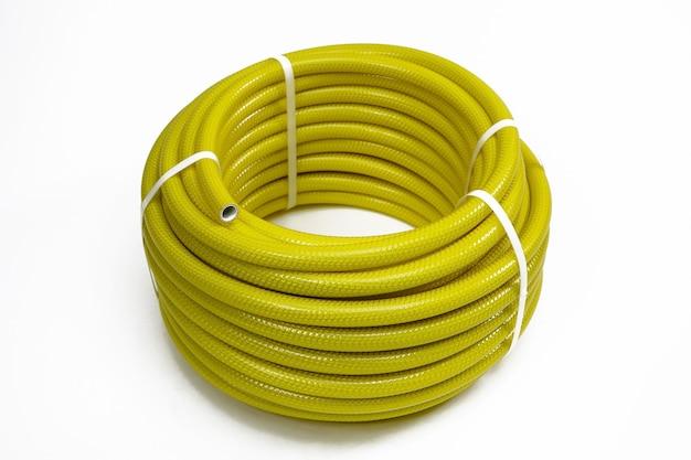 Un tuyau en caoutchouc enveloppé dans une bobine et fixé avec un verrou en plastique