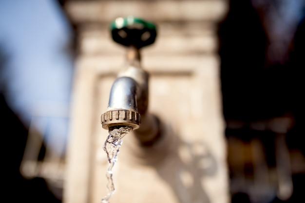 Tuyau d'eau qui coule de l'eau.