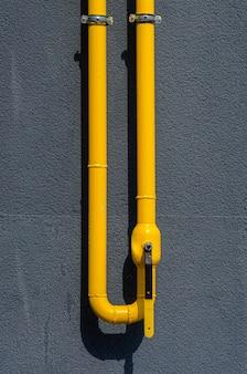 Tuyau de gaz jaune avec un évent sur la façade d'un immeuble à plusieurs étages. gaz naturel pour usage domestique domestique, canalisation de gaz.