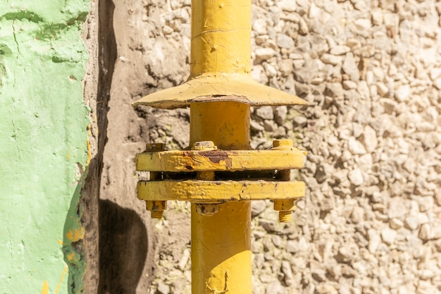 Tuyau de gaz jaune avec une grue et des engins.