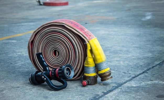 Tuyau d'incendie et buse au sol