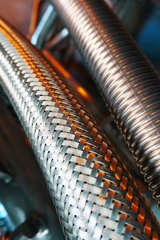 Tuyau en métal ondulé pour l'alimentation en carburant, gros plan.