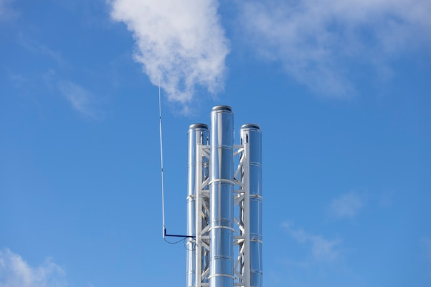 Tuyaux de chaudière en argent contre le ciel bleu. photo de haute qualité