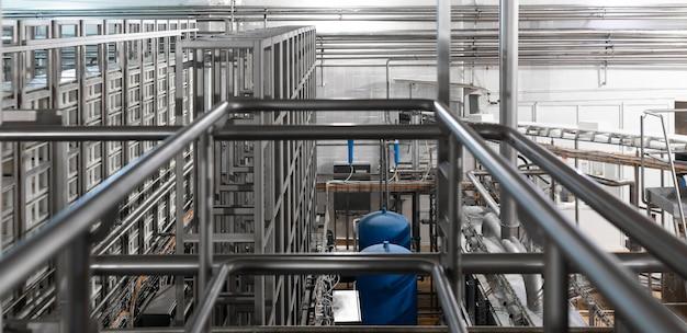 Tuyaux chromés et élément bleu. industriel