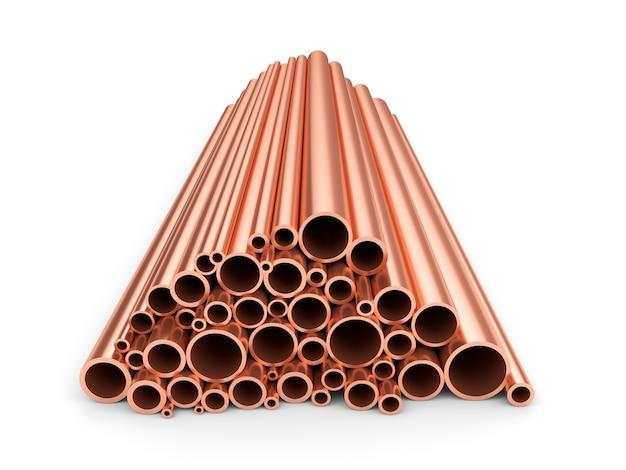 Des tuyaux de cuivre. tas de tubes métalliques ronds isolés sur fond blanc.