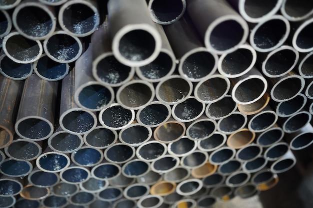 Tuyaux métalliques en entrepôt