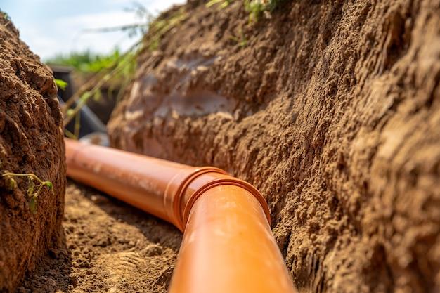 Tuyaux en plastique dans le sol pour les eaux usées et les eaux pluviales.
