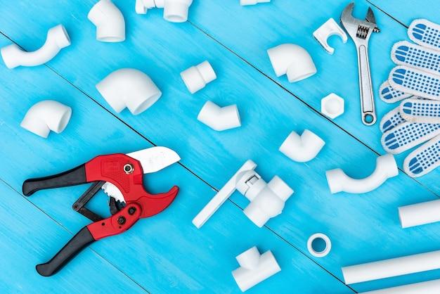 Tuyaux en plastique et outils de coupe de tuyaux.