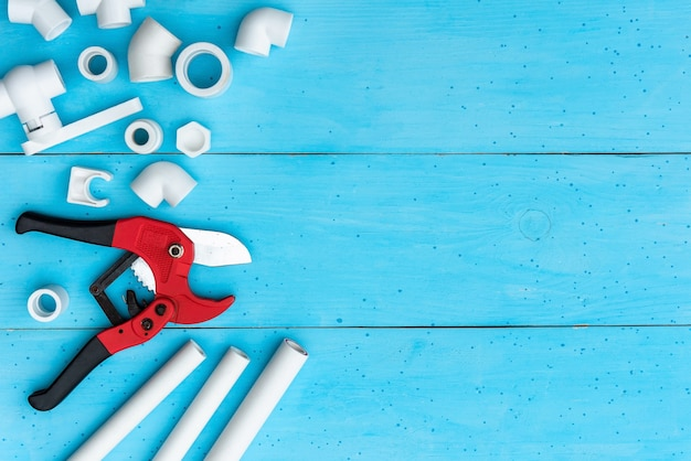 Tuyaux en plastique pour système d'eau et outil de coupe de tuyaux.