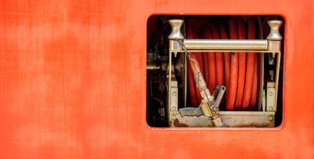 Tuyaux pour éteindre le feu et extincteur à roulement dans le camion de pompiers.