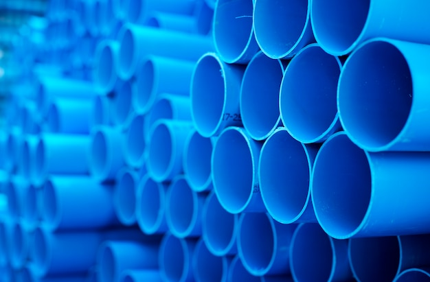 Tuyaux pvc bleus empilés