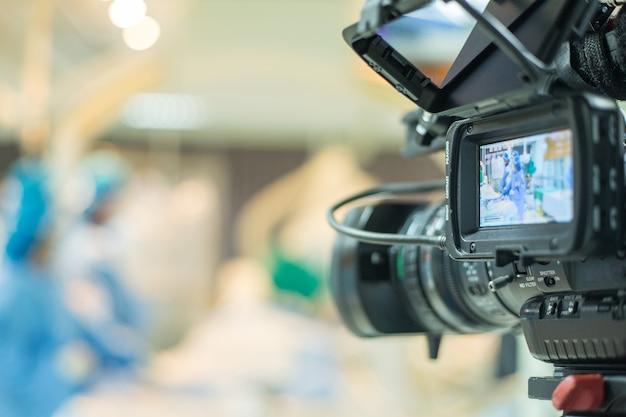 Tv à l'antenne pour la conférence vdo pour que le médecin utilise une angioplastie coronarienne tranluminale percutanée pour opérer un patient atteint d'une maladie cardiaque.