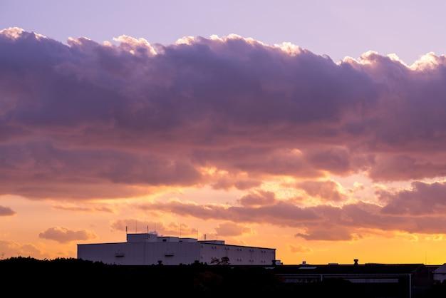 Twilight beaux nuages de lumière, téléphone portable atenna satellite higth au-dessus de la tour.