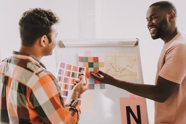 Two men travaille avec la palette de couleurs à bord