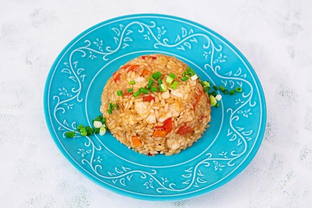 Tyahan au poulet et légumes sur blanc