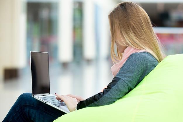 Typage fille sur un ordinateur portable