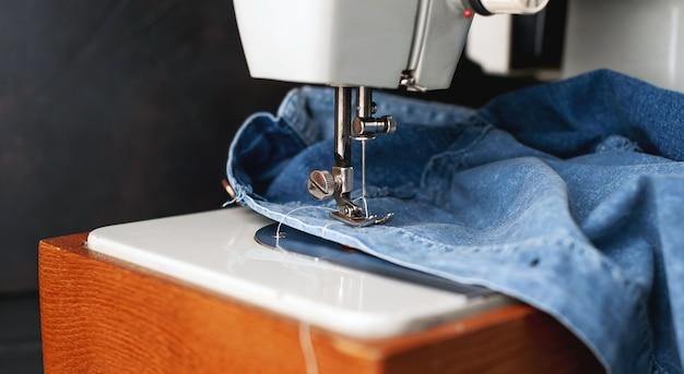 Type d'arrière-plan de la machine à coudre, processus de couture de la ceinture en cuir. atelier de cuir.