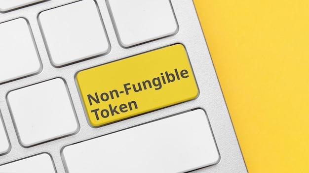 Type de concept de jetons cryptographiques non fongibles sur le bouton du clavier.
