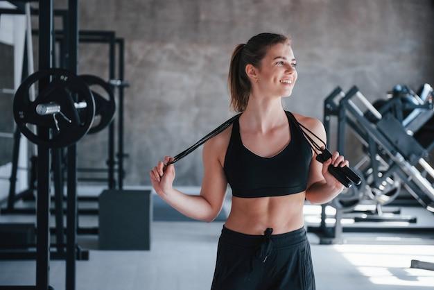 Type de corps athlétique. superbe femme blonde dans la salle de gym pendant son week-end