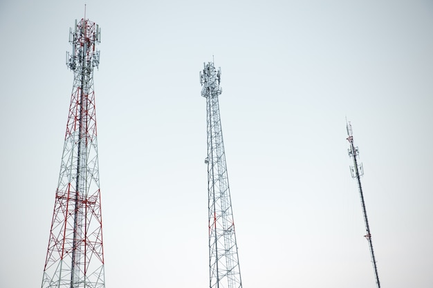 Type multiple de tour antenne de signal de télécommunication radio tour sur ciel blanc
