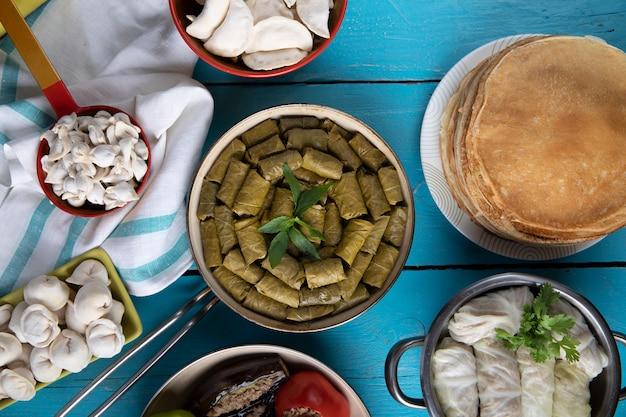 Types de dolma traditionnels avec khingal et crêpes.