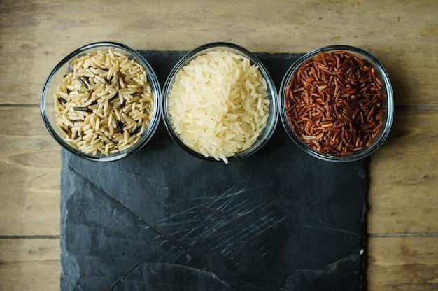Types de riz sur une planche