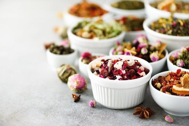 Types de thé: vert, floral, à base de plantes, menthe, mélisse, gingembre, pomme, rose, tilleul, fruits, orange, hibiscus, framboise, bleuet, canneberge