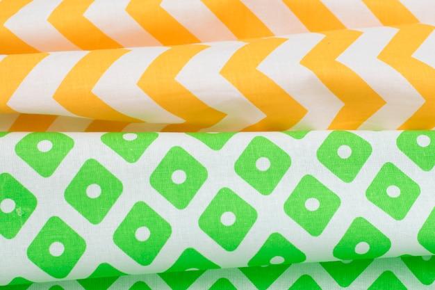 Types de tissus avec un motif de vert et de jaune.