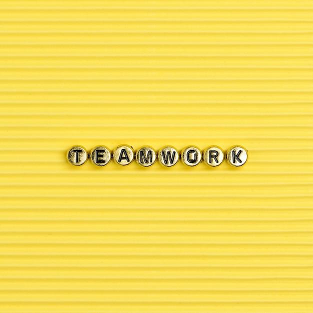 Typographie de mot de travail d'équipe lettre perles