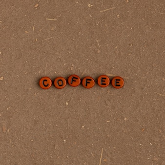 Typographie de texte de perles de café sur marron