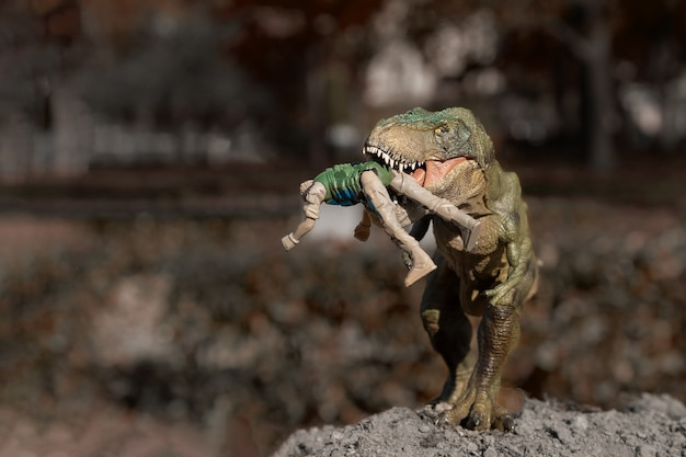 Un tyrannosaurus rex attaque un homme
