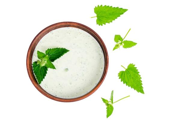 Tzatziki de concombre et de yaourt grec dans un bol en céramique, isolé sur blanc. feuilles de menthe.