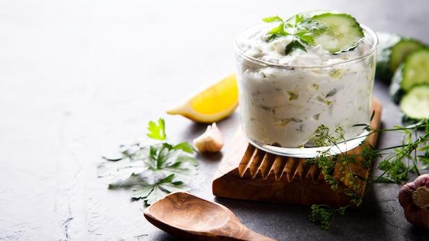 Tzatziki sauce grecque traditionnelle aux ingrédients concombre