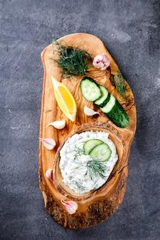 Tzatziki sauce grecque traditionnelle avec ingrédients