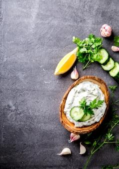 Tzatziki sauce grecque traditionnelle.snack sur les soirées d'été.