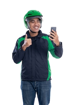 Uber delivery guy appel vidéo à l'aide de smartphone isolé sur fond blanc