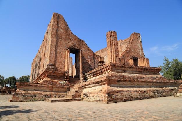 Ubosot (salle d'ordination) au wat mahaeyong dans le parc historique d'ayutthaya