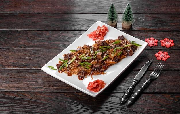 Udon frais savoureux préparé pour la table de noël