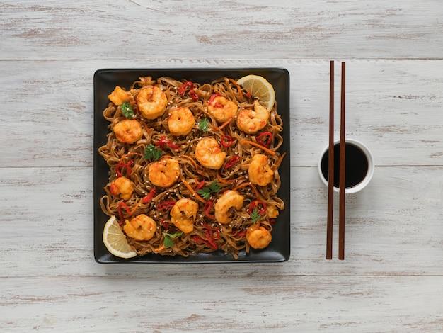 Udon (nouilles de blé épaisses) aux crevettes frites et légumes