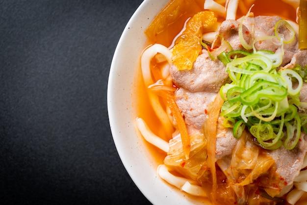 Udon nouilles ramen au porc et kimchi