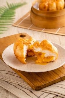 Uf salé frit baozi ou bakpao est un type de petit pain fourré au levain dans diverses cuisines chinoises
