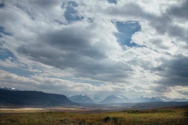 Ukok plateau de l'altaï. paysages froids fabuleux