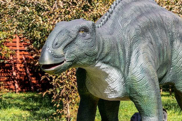 Ukraine, khmelnitsky, octobre 2021. dinosaure, edmontosaurus se bouchent avec la bouche ouverte
