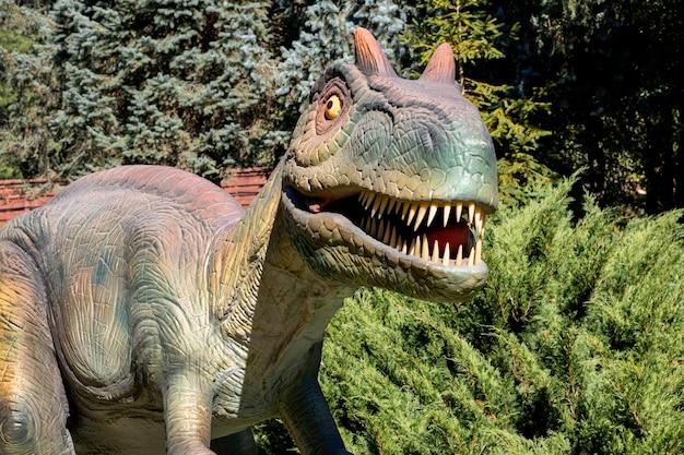 Ukraine, khmelnitsky, octobre 2021. dinosaure, mégaraptor en gros plan avec la bouche ouverte et les dents pointues