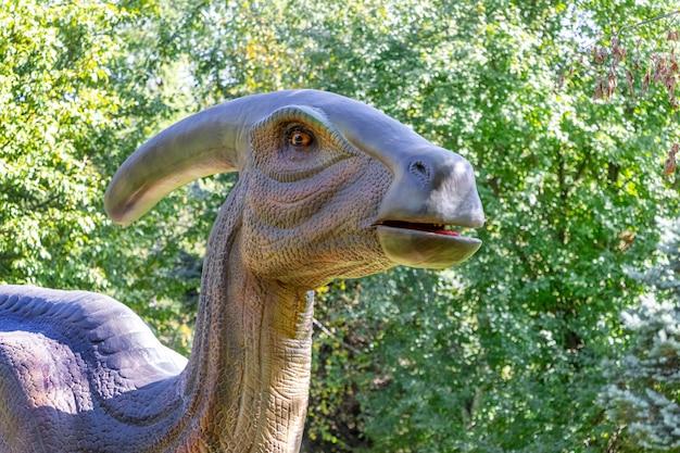 Ukraine, khmelnitsky, octobre 2021. dinosaure, parasaurolophus se ferment sur fond de verdure