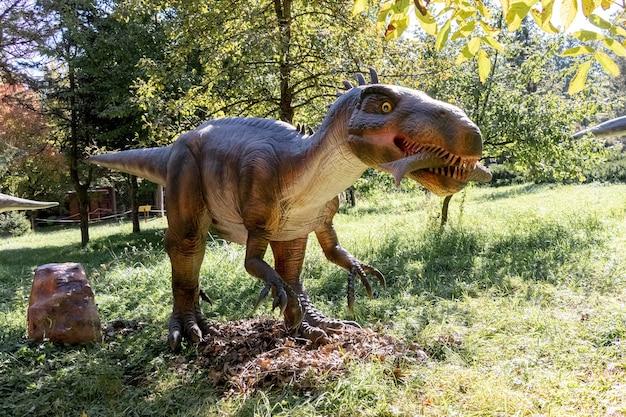 Ukraine, khmelnitsky, octobre 2021. modèle d'un dinosaure baryonyx avec du poisson dans sa bouche dans le parc par temps ensoleillé