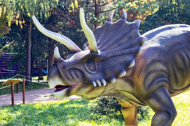 Ukraine, khmelnitsky, octobre 2021. modèle de dinosaure dans le parc. triceratops géant en exposition dans le parc par une journée ensoleillée d'été