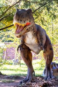 Ukraine, khmelnitsky, octobre 2021. modèle de dinosaure dans le parc. tyrannosaure géant lors d'une exposition dans le parc par une journée ensoleillée d'été