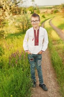 Ukrainien enfant garçon en broderie sur le terrain