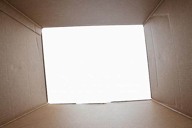Unboxing, paquet en carton ouvert à partir d'une balle tirée de l'intérieur de la boîte